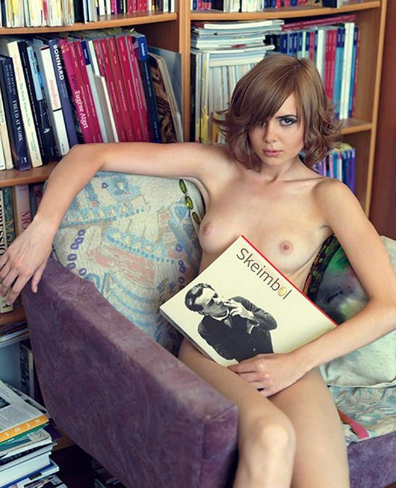Naked_Girls_Reading00